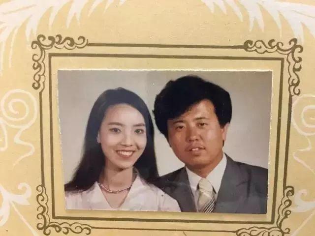 妈,你当年咋看上我爸的?网友晒爸妈结婚照,笑抽了!